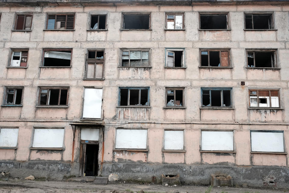 A recently abandoned apartment house in Nikel, Kola Peninsula. How does living with this ruining Soviet legacy affect the inhabitants, their prospects for the future, and how they remember the past, Bjørnar Olsen and his CAS research group asks photo: Bjørnar Olsen