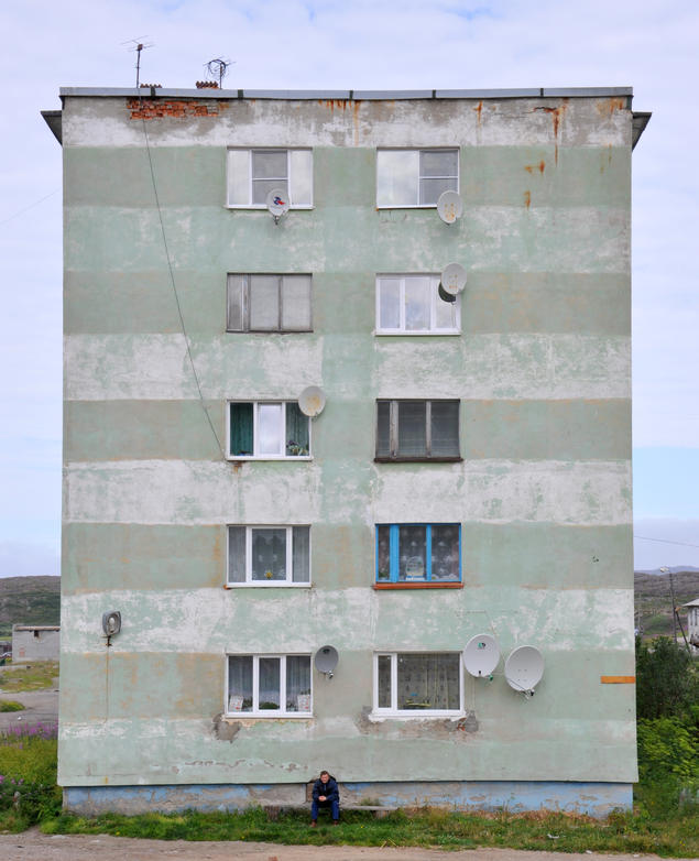 An apartment house in Teriberka, Northwestern Russia, constructed during the Khrushchev era.  – Things are not just vibrant and playful actors; they are also withdrawn, boring, and dangerous, Bjørnar says. Photo: Bjørnar Olsen