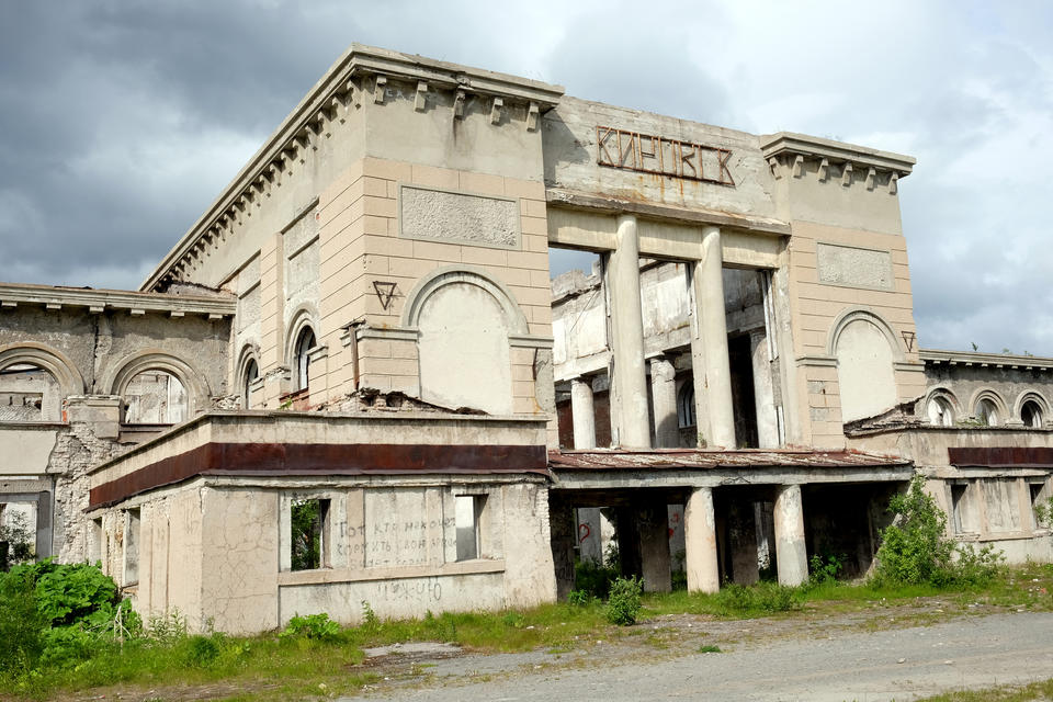 The final train has departed: abandoned railway station in Kirovsk, Northwestern Russia. – The people living in these areas are stuck with this past. This is a heritage, but not an optional one, Bjørnar Olsen says.