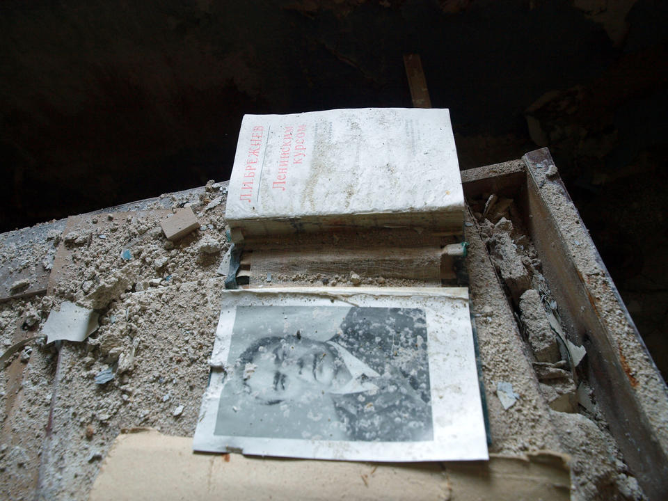 A book by General Secretary Brezhnev in an abandoned settlement in Dalnyie Zelentsy, Kola Peninsula. –Archaeology can importantly contribute with their intimate experiences from direct engagement with soiled and broken things, matter and nature, Bjørnar says.