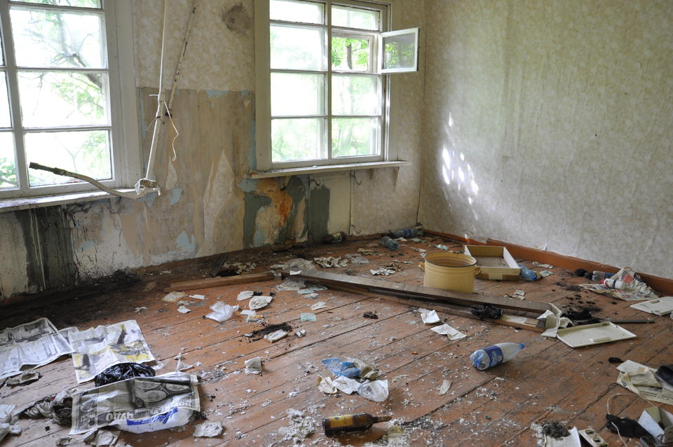 Abandoned apartment in Northwestern Russia. – Archaeology can importantly contribute with their intimate experiences from direct engagement with soiled and broken things, matter and nature. New theoretical insights may be gained from this kind of down-to-earth-experience, a kind of theory on the ground, Bjørnar Olsen says.