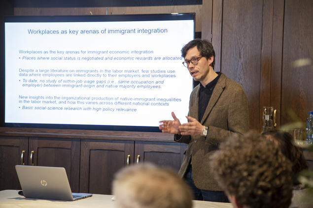 """Are Skeie Hermansen leads the Young CAS Fellow project """"Cross-national comparisons of within-job pay inequalities between immigrants and natives"""". Here during his presentation at CAS March 18, 2019."""