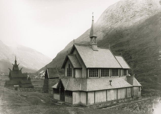 The churches of Borgund in Lærdal. The old stave church can be seen in the background. The new church in the front was drawn by architect Christian Christie (1832-1906) and was concecrated in 1868. Undated photo. Photo: Unknown/The Directorate for Cultural Heritage.