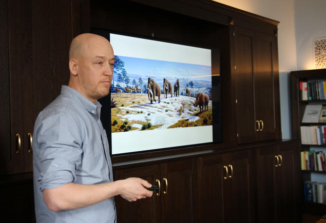 Richard Bischof, a researcher at the Norwegian University of Life Sciences (NMBU), gives a lecture. Photo: Maria Sætre